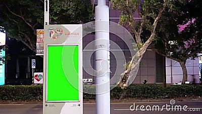Movimento do fluxo de tráfego durante na noite com placa verde do tráfego da tela vídeos de arquivo