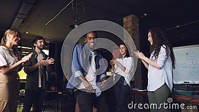 Movimento lento da dança feliz do homem novo de African American do proprietário empresarial no partido incorporado com empregado filme