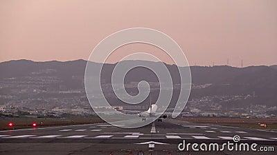 Movimento lento di atterraggio dell'aereo grande video d archivio