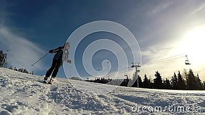 Movimento lento di uno sciatore che scia giù il pendio stock footage