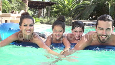 Movimento lento disparado da família no colchão de ar na piscina video estoque
