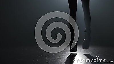 Movimento lento do close-up, a silhueta da menina que faz exercícios em saltos do kangoo video estoque