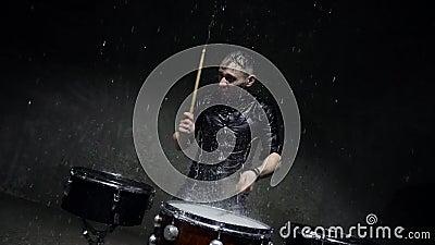 batterista emotiva gioca in studio di acqua. 240fps rallentatore stock footage