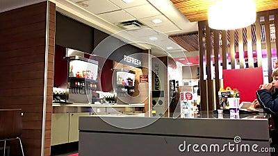 Movimiento de la familia que cena en el restaurante de los alimentos de preparación rápida de Mcdonalds almacen de video