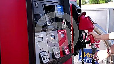 Movimiento de la gente que llena encima de depósito de gasolina del coche del combustible metrajes