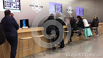 Movimiento de la gente que tiene cierto servicio en la barra del genio dentro de Apple Store almacen de video