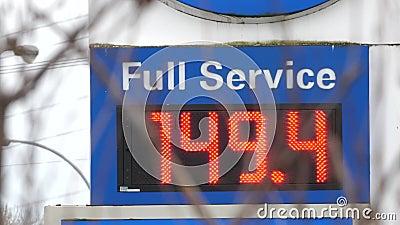 Movimiento de la muestra de la gasolinera del servicio completo que expresa el precio metrajes