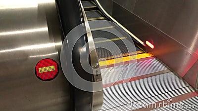 Movimiento de la muestra de la mudanza y de la dirección equivocada de la escalera móvil dentro del centro comercial metrajes