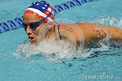 Movimiento de mariposa de la natación de la mujer