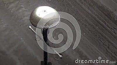 Movimiento del hielo congelado en la lámpara del camino durante invierno frío de la nieve de la ventisca almacen de metraje de vídeo