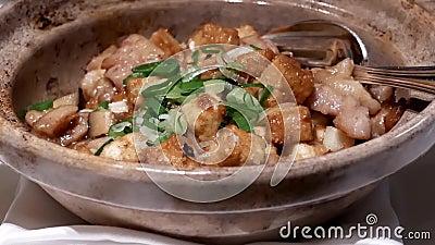 Movimiento del pollo frito con la seta en la tabla dentro del restaurante chino almacen de video