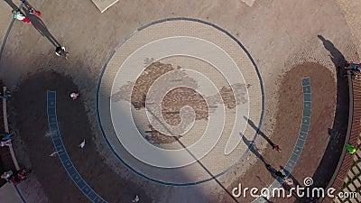 Mozaika z mapą Krymu na placu w nowoczesnym mieście w słoneczny dzień, widok z powietrza zbiory wideo