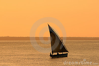 Mozambicaanse dhow bij zonsondergang