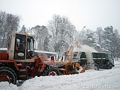 Máquinas del retiro de nieve en el camino Foto editorial