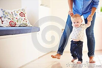 https://thumbs.dreamstime.com/x/mre-aidant-le-jeune-fils-comme-il-apprend-marcher-37637741.jpg