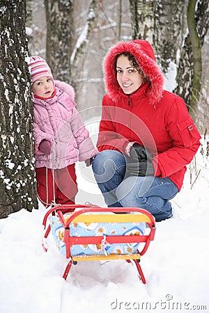 Mère avec l enfant en stationnement à l hiver 2