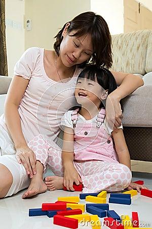 Mère et descendant jouant des blocs