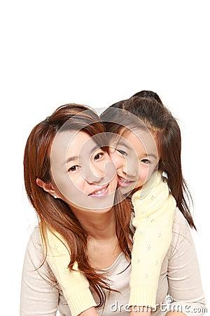 M re japonaise donnant sa fille le ferroutage photo stock image 44242449 - Mode de vie japonais ...