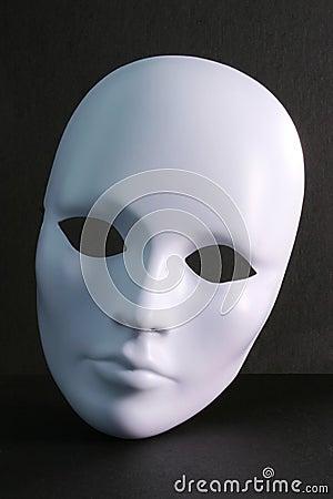 Máscara blanca en fondo oscuro