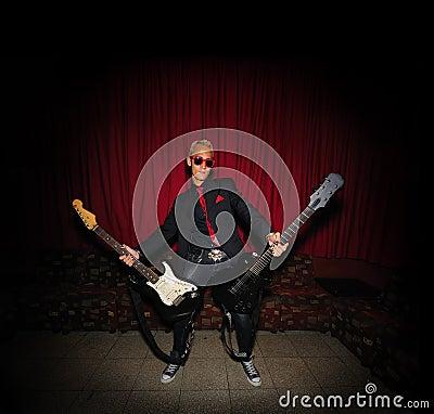 Músico cobarde con dos guitarras