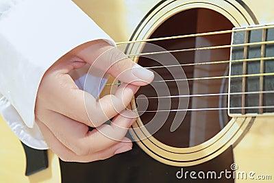 Músico que joga a guitarra