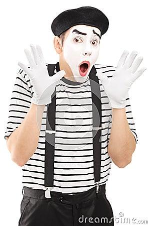 Męski mima artysta gestykuluje z jego ręki podnieceniem