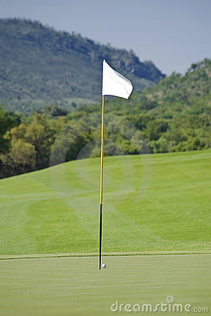 Mât de drapeau, bille, vert et parcours ouvert