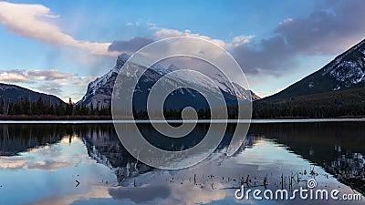 Mt Rundle jezior Vermilion odbicie zdjęcie wideo