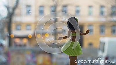 Muñeca de Hula del baile contra fondo urbano almacen de metraje de vídeo