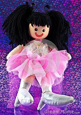 Muñeca de trapo en fondo floral