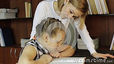 Muchacha aburrida que rechaza hacer la preparación, la mamá triste y a la hija teniendo conflicto metrajes