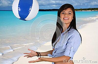 Muchacha adolescente en la playa