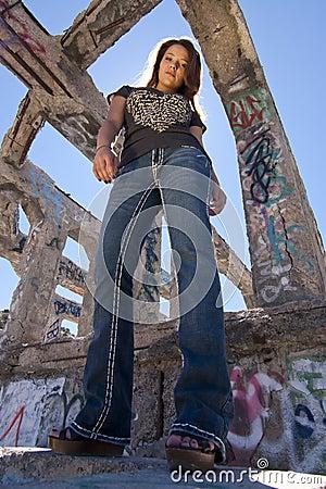 Muchacha adolescente en ruinas urbanas