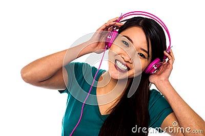 Muchacha adorable que disfruta de música