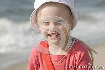 Muchacha alegre sonriente en la playa II