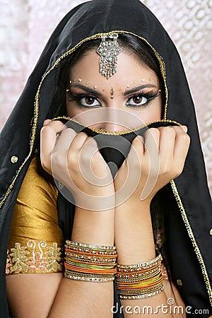 Muchacha asiática hermosa con velo negro en cara