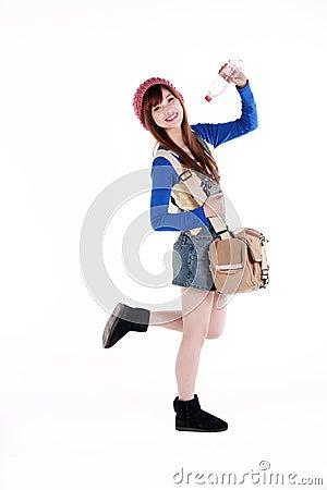 Muchacha asiática con el bolso del recorrido