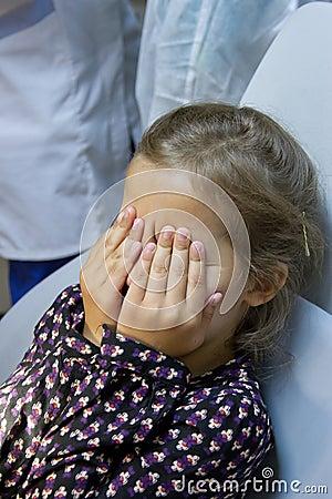Muchacha asustada en el dentista