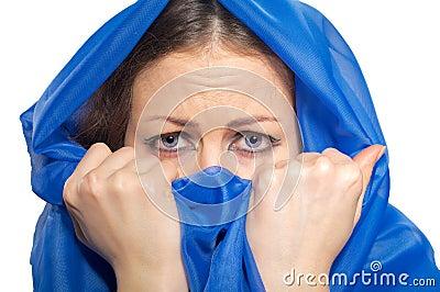 Muchacha asustada en hijab verde
