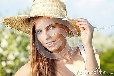 Muchacha atractiva del verano