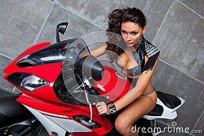 Muchacha atractiva en sportbike