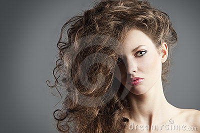 Muchacha bonita con gran estilo de pelo.
