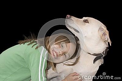Muchacha caucásica linda con su perro