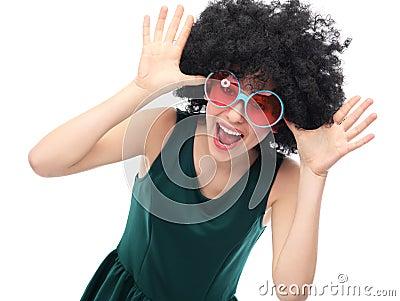 Muchacha con afro y las gafas de sol negros