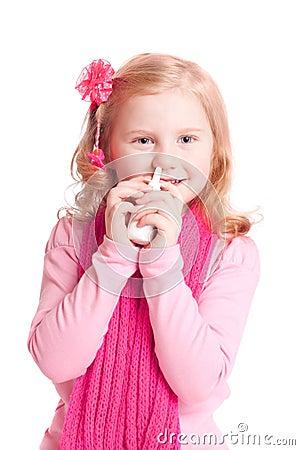 Muchacha con el aerosol nasal