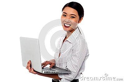 Muchacha con el ordenador portátil sobre el fondo blanco