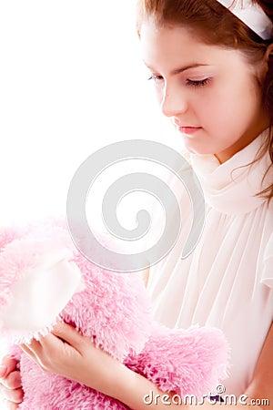 Muchacha con el oso de peluche
