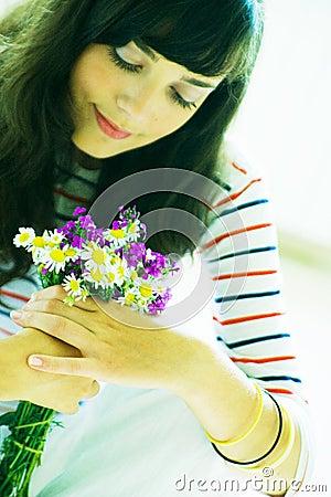 Muchacha con el ramo del wildflower