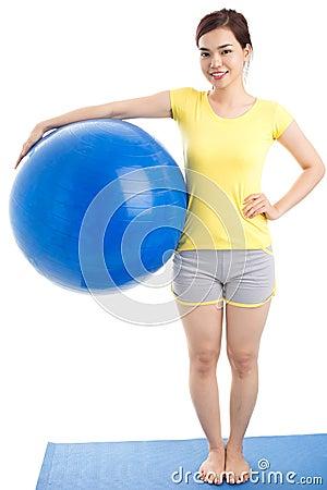 Muchacha con la bola del ejercicio