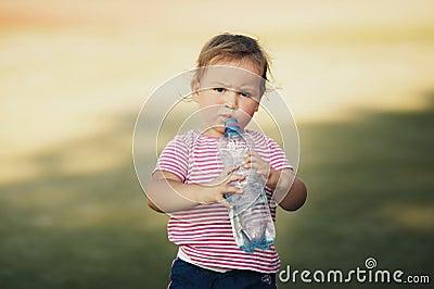 Muchacha con la botella de agua mineral